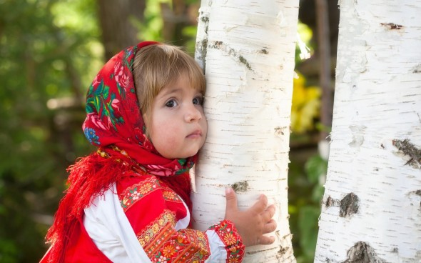 Cute-little-girl-hug-a-tree-800x1280