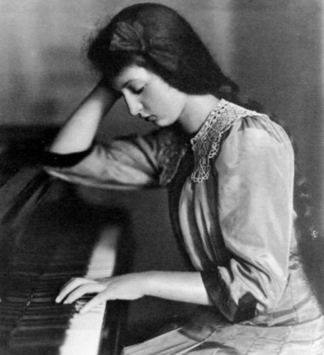 piano,black,and,white,woman,alone,sad,clara,haskil-5097b48e8f8c35d0539526bc509a1af1_h
