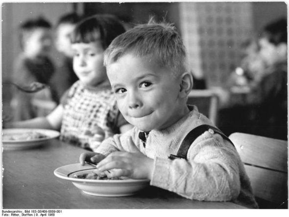 Bundesarchiv_Bild_183-G0409-0009-001,_Hohendodeleben,_Kindergartenkind_beim_Essen_1969